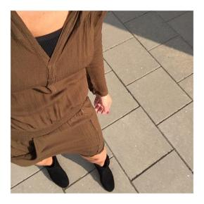 Super flot kjole fra Rabens  Farven er brun/oliven