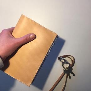 Brand: Læder cover Varetype: Kalender Størrelse: Mayland Farve: Brun  Nylavet. Bemærk, dette omslag/ cover er til den tynde (ugekalender)mayland kalender. Den medfølger.   Kernelæder cover til kalender str. Mayland. I stedet kan der indsættes en notesbog, og så har du en fed dagbog eller en travelers notebook.  Enkelt, stilrent, håndlavet og nordisk.  Læder er et natur materiale, hvor ikke to stykker er ens og alt er håndlavet, derfor kan de variere i udtryk.  Kan afhentes i Aalborg, eller sendes DAO til 37kr.