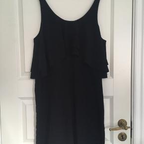 Enkel og fin kjole fra Storm & Marie. Falder rigtig flot. Kan passe flere størrelser alt efter hvor løs man vil have den. Brugt meget få gange. Kan afhentes i Århus C eller sendes på købers regning.