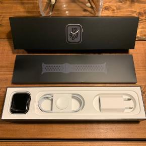 Apple Watch Nike+ Series 4 44mm Space Gray Aluminum Case ⌚️  Uret står utrolig flot 🤩 Har haft det siden det udkom for 2 år siden og sælger kun fordi jeg har købt nyt 💸  Medfølger: Uåbnet Nike Sport Band i Anthracite/Black Uåbnet oplader + kabel