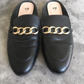 Fine loafers/slippers fra H&M. Brugt én gang og fremstår som nye.