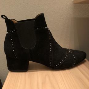 Støvle i sort ruskind med sølvnitter. Brugt 3 gange. Super pasform (desværre blevet for små efter graviditet). Ikke forsålet. BYD