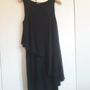 Så fin kjole. Brugt få gange. 70% viscose/22% polyester.