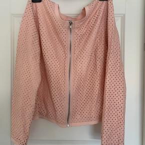 Rosa let sommer jakke med lynlås.  Kun prøvet på.  Sendes hvis modtager betaler.
