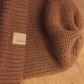 Aiayu Hat & hue, Næsten som ny. Stenstrup - Farven er camel. Cashlama. Kun brugt få gange.. Aiayu Hat & hue, Stenstrup. Næsten som ny, Brugt og vasket et par gange men uden mærker eller skader