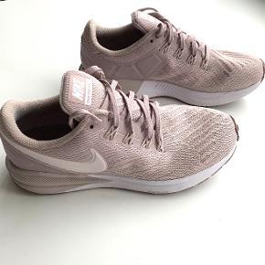 Nike Air Zoom Structure 22 i fin sart rosa/beige.   Jeg har kun brugt skoene 2 gange, og de er derfor næsten så fine som nye.   Flere billeder kan ses på marathonsport.dk.  NYPRIS 1.000 KR - SÆLGES FOR 400 KR   Kan evt. hentes på Frederiksberg.   BYTTER IKKE!