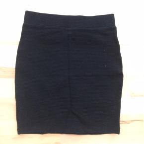Flot tætsiddende, højtaljet nederdel. Flot til alle anledninger 😄 Ny pris 300kr.