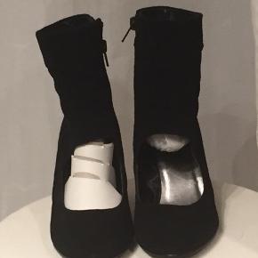 Søde og smarte støvler i sort med  6 1/2 cm hæl.