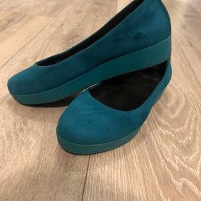Flotte ballerina sko med plateau for lidt ekstra højde. Str. 36 i petroleumsblå med lidt lysere sål.