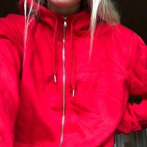 Sælger denne bløde og lækre hoodie fra H&M. Kun benyttet én gang. Sendes på købers regning. Søgeord: Hoodie, hættetrøje, Weekday, Monki, Nelly, Mads Nørgaard, Urban Outfitters, Cheap Monday