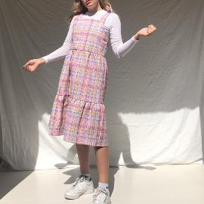 Sælger denne kjole som jeg selv har syet af genbrugsstof. Kjolen passer Xs/S 🌏☀️