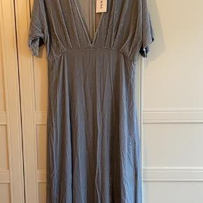 Aldrig brugt kjole fra Ganni. Prismærket sidder stadig i. Koster 2999 fra ny. Mindstepris 900. Selvom kjolen aldrig er brugt, er syningen gået lidt op under lynlåsen, men det kan nemt laves.