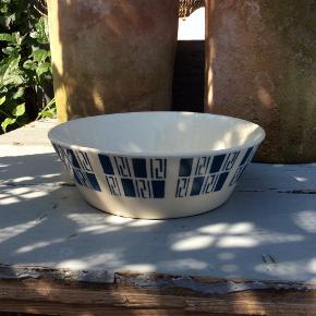 Tysk smuk lille retro skål. Blåt fint mønster. Lille afslag på kanten, venstre side se foto, ses næsten ikke.