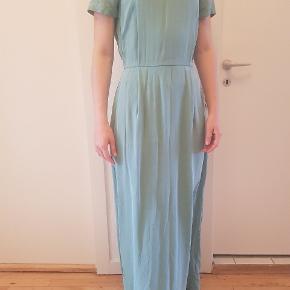 Smuk og enkel silkekjole, perfekt til sommerens store fester! Ren silke. Brugt og vasket en gang.