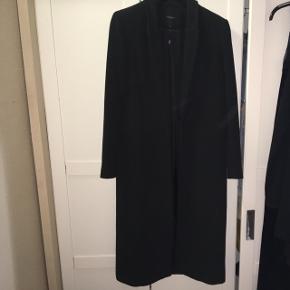 Np 2000kr, BYD :) realistisk tak. Vedligeholdt, ingen fejl.  Overgangsfrakke - jeg brugte den som vinterjakke sidste år.