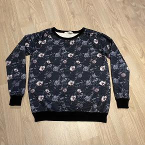Flot sweatshirt i blød quiltet kvalitet. Så fint blomster print Købspris 499.-