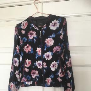Sød jakke fra Zara Trafaluc str. S med blomster. Som ny!