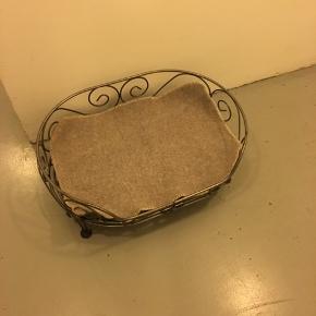 BYD - super fin håndlavet hundekurv i smedejern der måler ca. 74x53 og 30 i højden. Spørg endelig hvis spørgsmål. Kan afhentes i København ø. God dag :-)