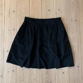Lækker nederdel i velour lignende stof. Har aldrig været i brug🤩