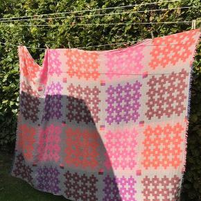 Hay Plus 9 plaid Pink str. 145x215 cm 100% uld. Har meget fnuller, men fremstår uden huller eller andet ødelagt. Kom med et bud. Køber betaler fragt