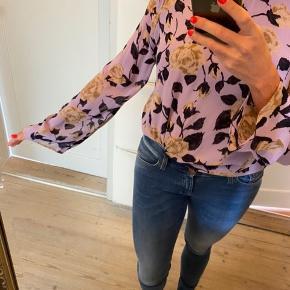 Super flot bluse i pastel lilla med blomstermønster.  100% viskose.  Som ny. Sælger bluse i str 42 og nederdel str 36.