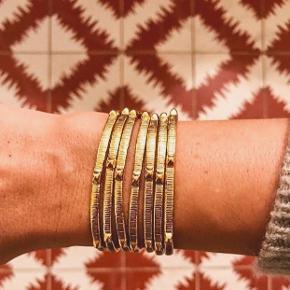 Sælger nye smykker fra Marte Frisnes  Nypris 1000-1200kr Belagt med 24k guld på sølv og er håndbanket     Sælger den uden tråddetalje   Sælger også det med Bubblegum tassels i en anden annonce   #30dayssellout