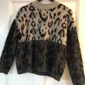 Mango sweater fra sidste sæson. Sælges da jeg aldrig får den brugt. Er kun brugt få gange.