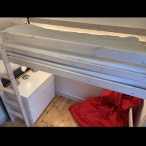 Højseng i lyst træ inkl. madras. Kan købes med osram LED lys for 150kr oveni. Sælges til en billig pris da jeg så hurtigt som muligt vil blive af med den. Np var ca. 2500  Mål: bredde 98 cm længde:209 cm højde:178 cm