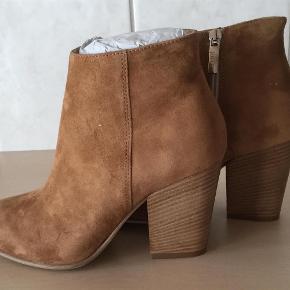 Varetype: Støvler Farve: Se billede Oprindelig købspris: 1799 kr. Prisen angivet er inklusiv forsendelse.  Fede støvletter fra Apair i det lækreste skind. Chunky heel som gør dem behagelig at have på. Hælhøjde 9 cm