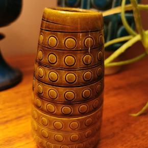 Rigtig fin og dekorativ lille vase fra W. Germany. Flot glassur. Ingen skår.