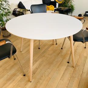Flot spisebord fra Ilva med bordplade i hvid højtrykslaminat nemt at vedligeholde og holde rent. Bordben af hvidolieret eg, som kan skrues af. Bordplade kan ikke udtrækkes.  (Mål: 120 i diameter)