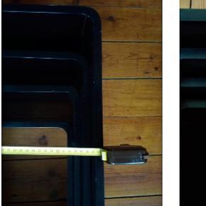 4 sorte reoler, som kan stå eller sættes på væggen. God kvalitet men har en del slag og skrammer, derfor lav pris. Trænger til en klud og noget maling, den lille er knækket men kan stadig bruges uden problem, det kan limes nemt. Se billederne for målene. lidt tunge, skal bæres ned fra 3.sal. 500 for det hele Grundet flytning til udlandet, må det gerne hentes snarest muligt, gerne inden d.30.11.19.