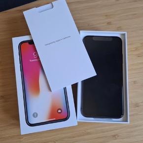 """iPhone X har lige været hos Apple Care og fået helt nyt batteri, og ny højtaler. 90 dages garanti!  Fejler absolut intet - Virkelig godt køb!  Medfølger et Pitaka cover, og et par """"uoriginale"""" airpods. Et ekstra originalt lade kabel, og et langt premium ladekabel. Hvis det ønskes er der også en trådløs bilholder med, som fungere med coveret, med magnet.  Skal af med den fordi jeg har købt en ny telefon."""