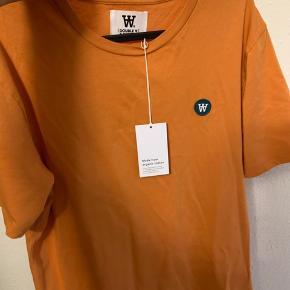 Sælger en ny Wood Wood t-shirt er en nyhed i butikkerne. Flot farve, men passer desværre ikke. Størrelse S. Købt fra hjerteafdelingen, så den er lidt lang. BYD gerne! Nypris er 400 kr