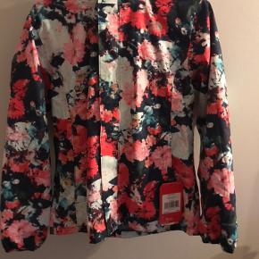 Helt ny jakke! Str 14/16 år, men passes også af en xs-s.  Vindtæt og vandtæt jakke. Nypris: 650kr!  Byd gerne!