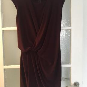 Varetype: Midi Farve: Bordeaux Oprindelig købspris: 1599 kr.  Så flot kjole fra Julie Brandt.  Brugt få gange, så er som ny Str.36 Byd gerne 😊  BYTTER IKKE