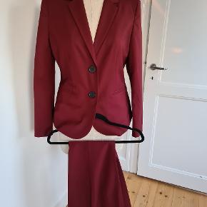 Karen By Simonsen jakkesæt i den fineste let ikke så tyk stof. Sydney cigaret bukser i strb40 og jakke i str 38 model One. Brugt ikke desværre for b stor pga vægttab.