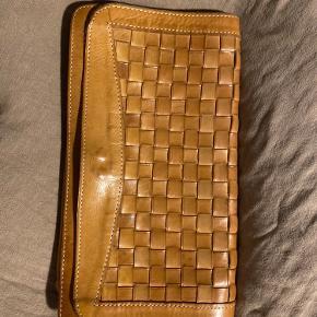 Vintage clutch i kernelæder.
