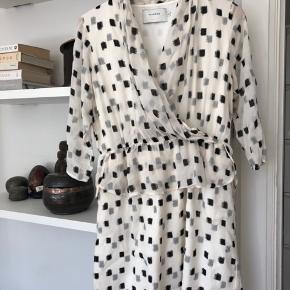 Fin kjole med fast underkjole. Synes den er lille i str og nok nærmere en 38. Bytter ikke og sender med Dao :)