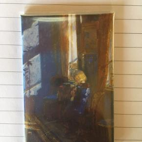 Køleskabsmagnet fra Skagens Museum.   Aldrig brugt  Forestiller Solskin i den blå stue af Anna Ancher