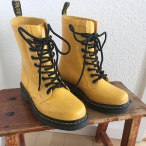 Gule Dr. Martens gummistøvler.