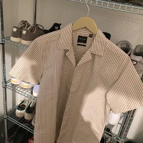 Aldrig brugt Mega fed skjorte til sommeren dsv lidt for stor til mig  NP var 350kr Sælges for 150kr