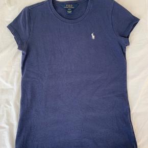 Fin mørkeblå t-shirt med en hvid hest.
