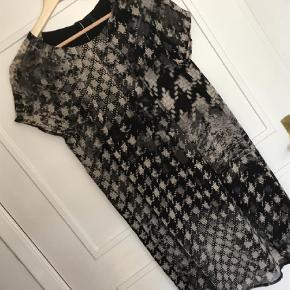 Varetype: Mini Farve: Multi Prisen angivet er inklusiv forsendelse.  Kort kjole i gennemsigtigt stof med sort for, der er kortere en kjolen. Længde bag 85 cm. Brystmål 96 cm. Jeg har sat den til medium, der er ikke angivet størrelse.