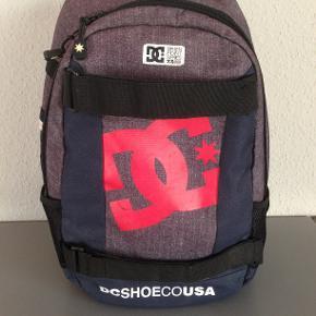 God rummelig rygsæk med mange gode rum. Plads til pc. og  til skateboard foran på tasken :-)