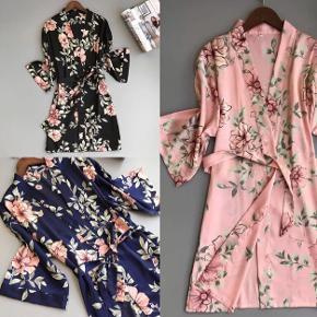 Kimono i feminint snit og kvalitet  Findes i: Beige, med sort blonde Rosa eller sortblomstret som billede
