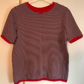 Super sød og anvendelig t-shirt / bluse fra Esprit i sødt mønster.  Brugt en enkelt gang.