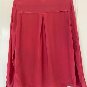 Silkeskjorte 100% silke. Farven er lidt mere støvet end på billederne. Der er en næsten usynlig plet på forstykket. Kan måske gå af i vask. Prisen er sat derefter.