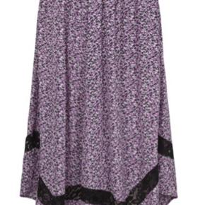 Smuk nederdel, med fine detaljer. Har elastik i livet. Brugt ganske lidt på en ferie.  Ny pris 650,-