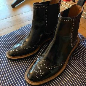 """Varetype: støvler Farve: Sort  Sælger de her mega fine støvler fra Zara. Har desværre ikke brugt dem i lang tid da de er blevet for små til mig, så de er i virkelig fin stand. Der er nogle små""""rynker"""" der hvor skoen folder når man går rundt, og et lille mærke bag på den ene hæl. Det er grunden til den lave pris, der er intet galt med dem:) Kan sende dem forsikret for 46kr med DAO, ellers kan de hentes i Kgs. Lyngby :)"""